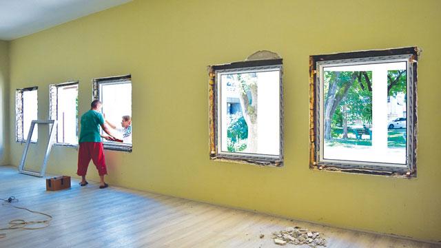 Novi prozori na Omladinskom klubu u Bačkom Petrovom Selu